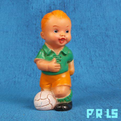vintage piepfiguur voetballer jongen met bal rubber